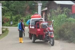 Penyemprotan Cairan Disinfektan Lingkungan Masyarakat Desa Jembayan Tengah